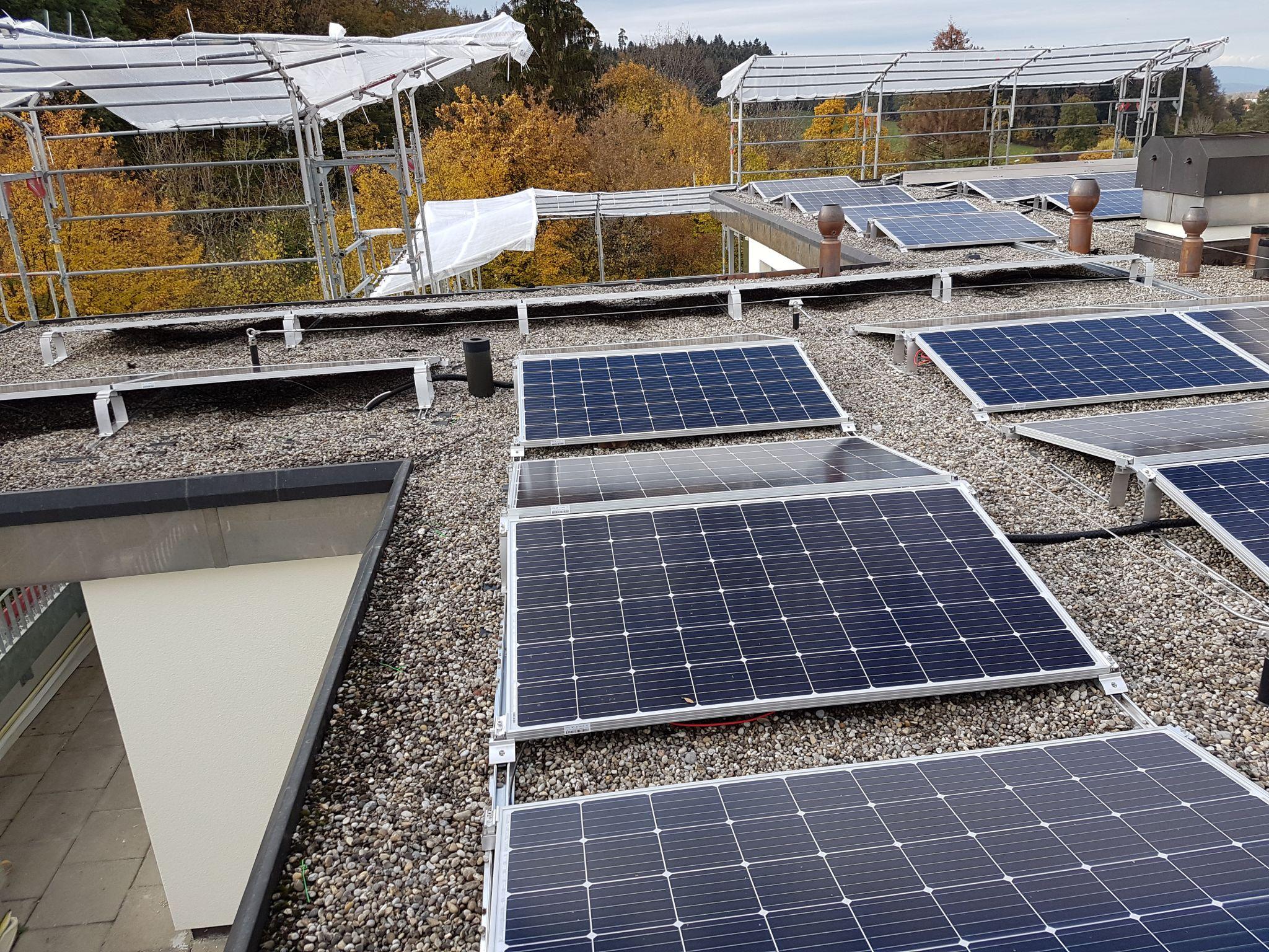 Bau der Photovoltaikanlage auf der Wohnbaugenossenschaft Zumikon ZH